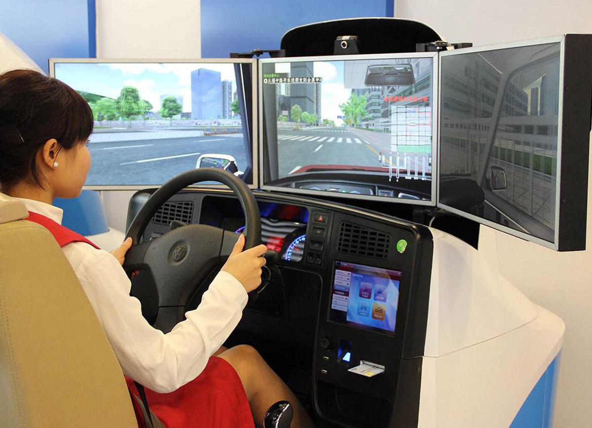安全体验三屏汽车模拟驾驶器现场体验.jpg